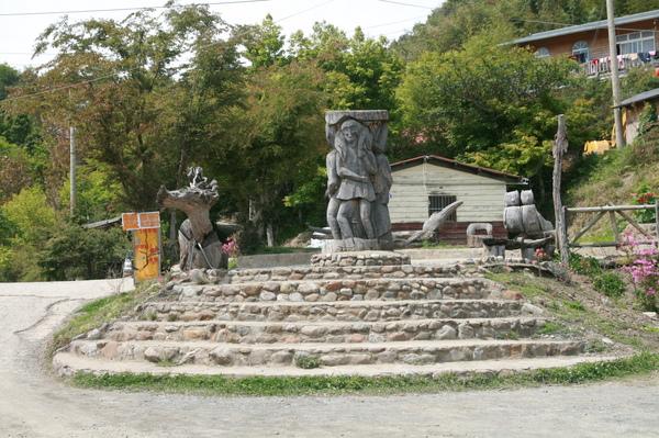 部落廣場的木雕