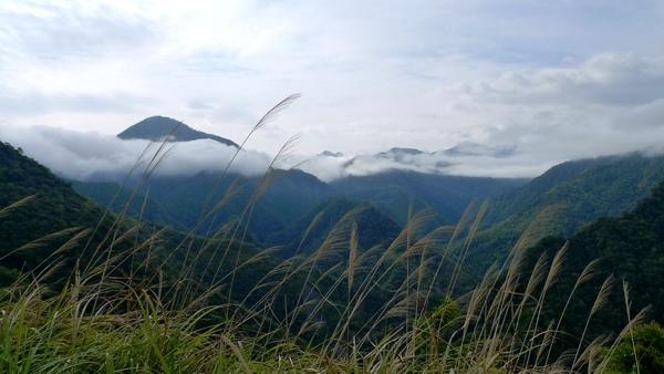 遠眺群山與白雲