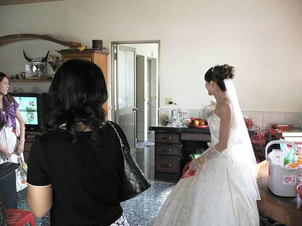 新娘出現了