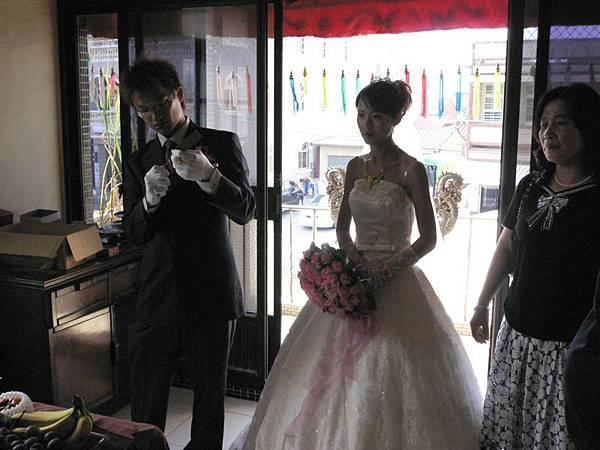 上去新娘家的樓上拜神明和祖先