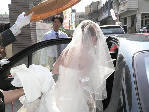 一樣也是要用草帽遮住新娘