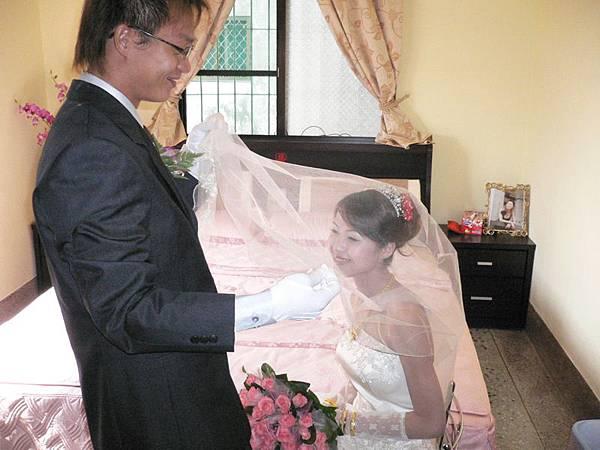 新郎掀起新娘的蓋頭來