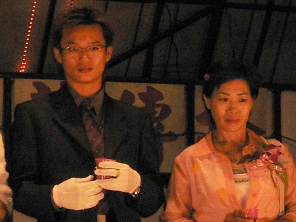 我弟和我媽的合照