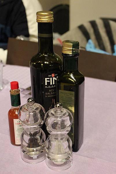 13-1沙拉搭配的油與醋.JPG