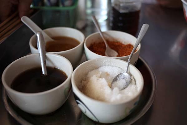 4在每個餐廳甚至路邊的飯館用餐的桌子上都要有調料4