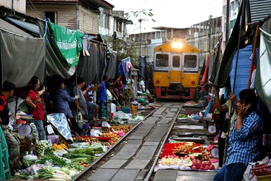 9擺攤在鐵道上做生意的鐵道市集1
