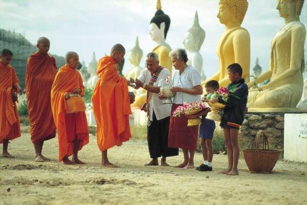 20天刚微亮到早上八點左右佛教信徒为了赠送东西给僧人
