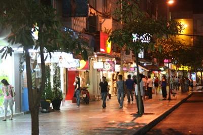 Footpath_in_Siam_Square.jpg