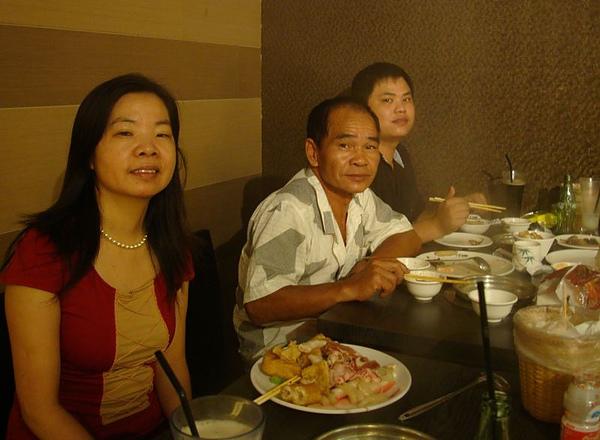 二舅舅、二舅媽和表弟.JPG