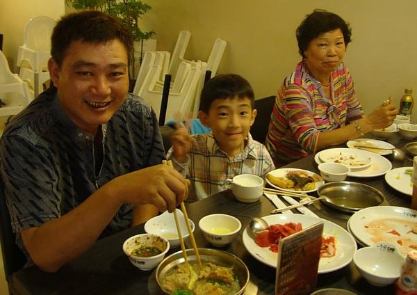 二阿姨、表哥和姪子.JPG