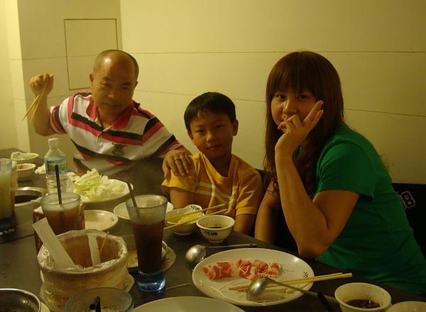 表哥、表嫂和姪子1.JPG