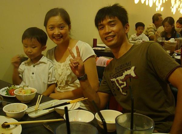 表哥、表嫂和姪子3.JPG