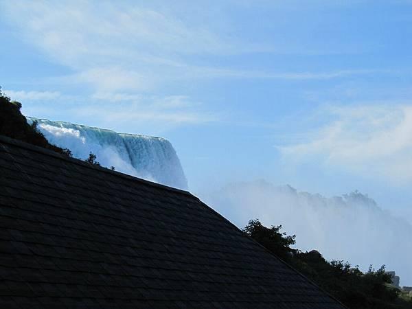 從下面看瀑布好高好壯觀好嚇人