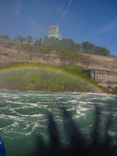 靠近瀑布到處都是彩虹 好漂亮