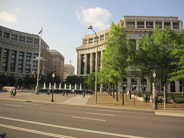 附近的建築物都是政府機構