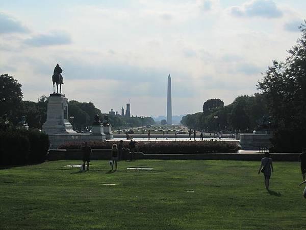 正對面是華盛頓塔