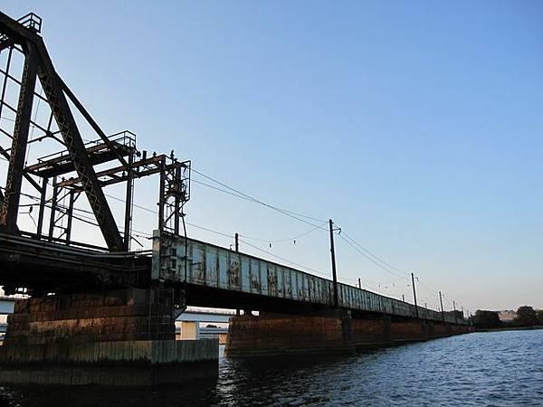 超級老舊鐵軌 真的有火車在跑 好危險