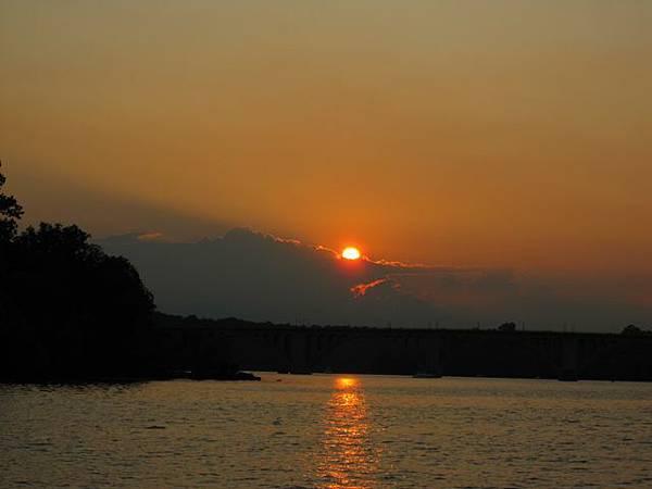 太陽勾勒出雲的形狀耶 也太美了