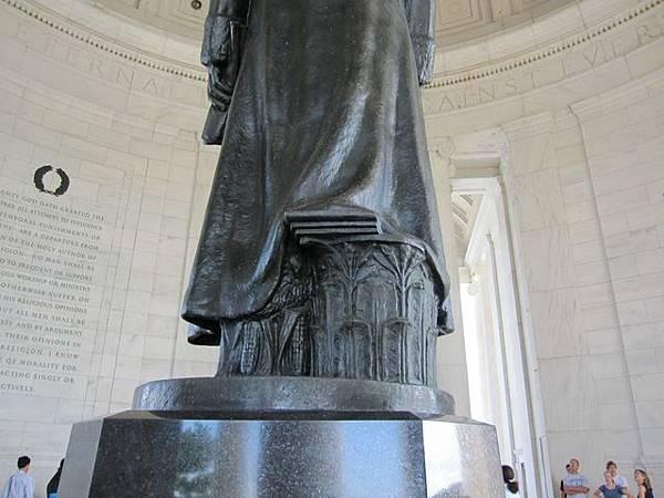 雕像背面總有玄機