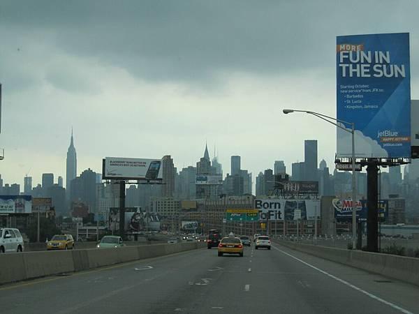 從機場到曼哈頓 高樓大廈快把我嚇死了 好誇張喔!!!!!