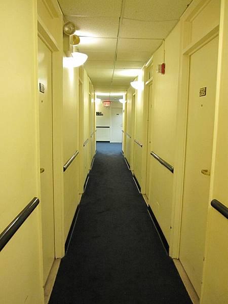 宿舍 有沒有很像監獄 (還好很快就搬走囉)