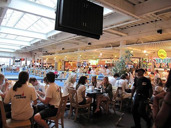 我們就在這裡吃飯 很像台灣百貨的美食街