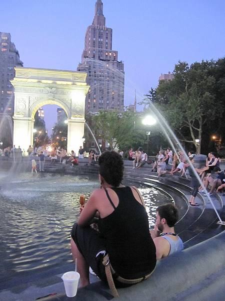 天氣熱大家都圍著水池聊天