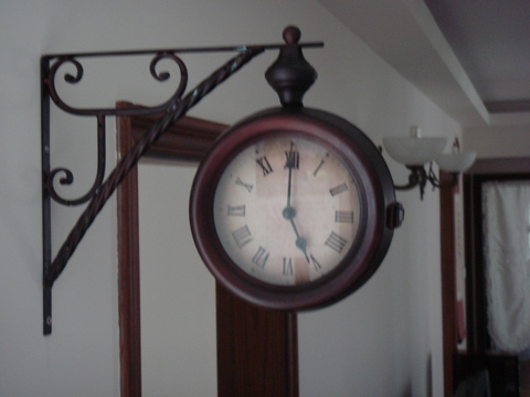 壁上雙面鐘.jpg