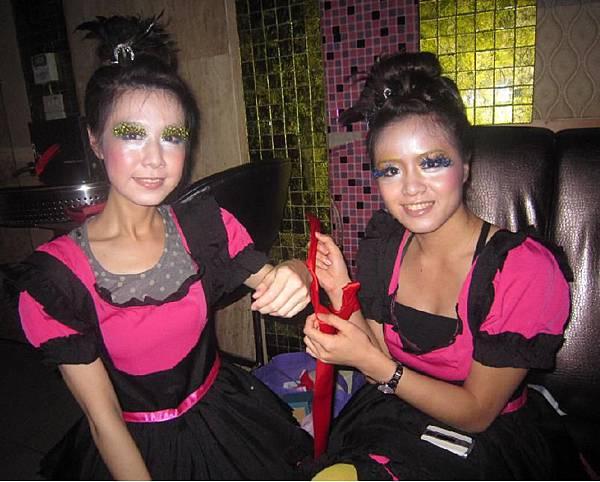 06-妖豔雙姝-只要綁上紅繩就會一直纏著你喔.jpg