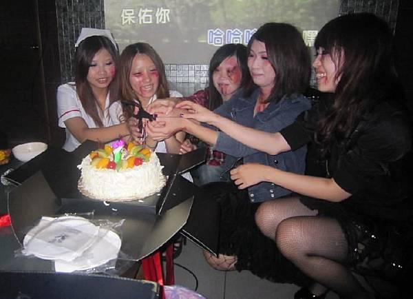21-本月壽星-迎新送舊-一同切蛋糕.jpg
