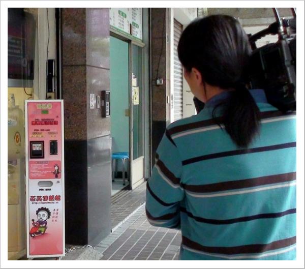 東森攝影師拍攝芭蕊卡娃依售票機.JPG