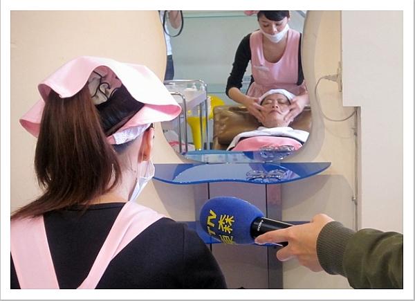 東森新聞記者採訪美容師做臉流程.JPG