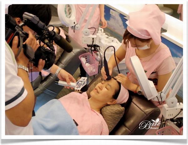 TVBS採訪客人使用美容儀器做臉心得.JPG