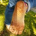 給你看看我的鞋,其實我的腳跟一般人並沒有太大差別,長期赤腳走路並不會有難看的厚皮厚繭,但韌性卻是穿鞋者的數十倍,只要韌性強,對地面的異物就會有很好的抵抗力,被刺傷的機率極