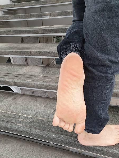 下雨天的腳底 - 赤腳車小斌的赤腳生活日記