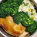 今日午餐:烤雞腿、花椰菜、吻仔魚炒蛋,2020.11.02