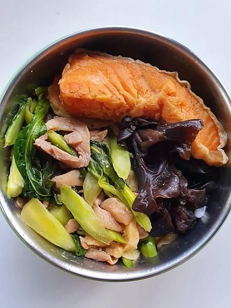今日午餐:鮭魚、芥藍菜炒豬肉、黑木耳、豆腐,2020.11.03