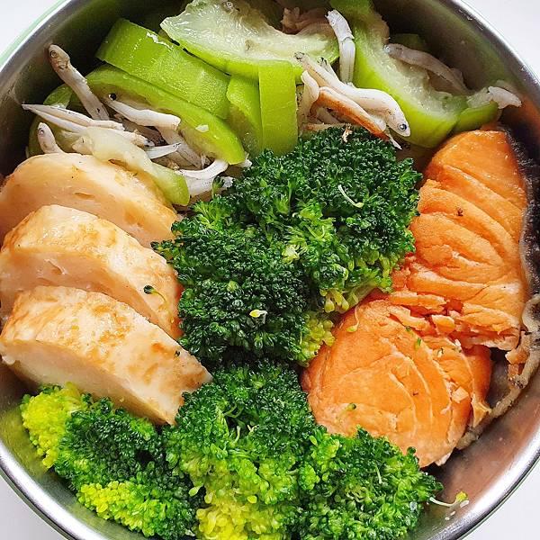 今日午餐:花椰菜、鮭魚、絲瓜、吻仔魚、雞捲。2020.11.04