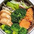今日午餐:花椰菜、鮭魚、絲瓜、吻仔魚、花枝捲。2020.11.04
