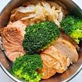 今日午餐:高麗菜、花椰菜、鮭魚、花枝捲。2020.11.05