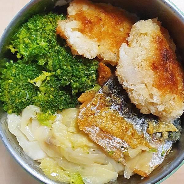 今日午餐:蝦餅、鯖魚、高麗菜、花椰菜,2020.11.09
