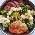 今日午餐:香腸、花枝餅、花椰菜,2020.11.11