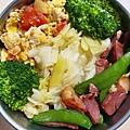 今日午餐:高麗菜、芹菜、甜豆、花椰菜、蕃茄炒蛋、德國豬腳,2020.11.16