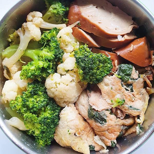 今日午餐:素雞、花椰菜、九層塔炒蛋、吻仔魚,2020.11.17