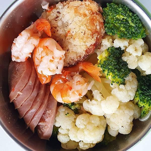 今日午餐:花椰菜、香腸、蝦、花枝餅,2020.11.19