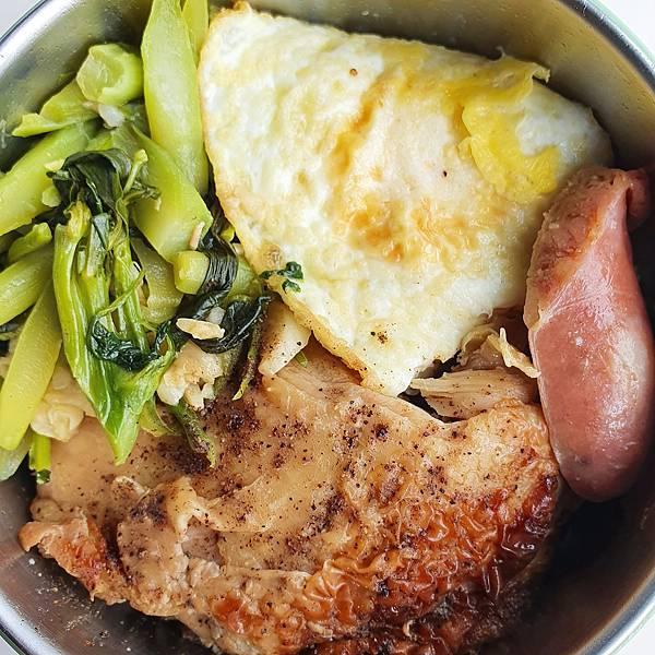 今日午餐:荷包蛋、烤雞腿、香腸、芥藍菜,2020.11.24