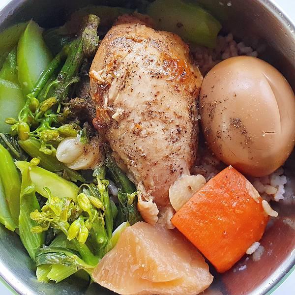 今日午餐:芥藍菜、紅蘿蔔、白蘿蔔、滷蛋、烤雞腿,2020.11.26