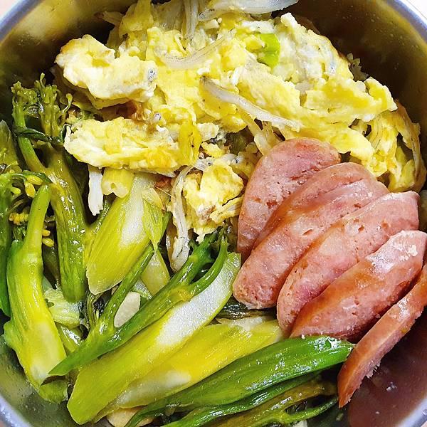 今日午餐:香腸、吻仔魚炒蛋、芥藍菜,2020.11.30