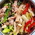 今日午餐:芥藍菜炒雞絲、芹菜、甜椒、百頁豆腐,2020.12.01