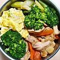 今日午餐:花椰菜、芥藍菜、素雞、吻仔魚炒蛋、紅蘿蔔炒雞丁,2020.12.07